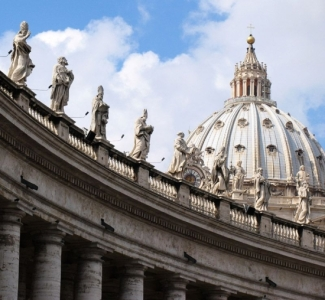 plaza-statues-popes-cc-deess